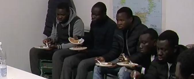 Prato, richiedenti asilo lasciati senza pasti e costretti a recuperare lenzuola dalla spazzatura: arrestata presidente di 8 Cas