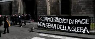 """Napoli, protesta del personale amministrativo del tribunale alla cerimonia: """"La giustizia è morta"""""""