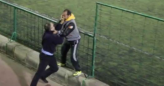 Rissa a bordo campo tra genitori i due pap se le danno for Sono due in una partita di calcio