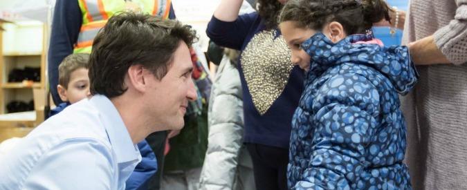 """Canada, Justin Trudeau twitta foto con bimba siriana: """"Migranti benvenuti, di tutte le fedi"""""""