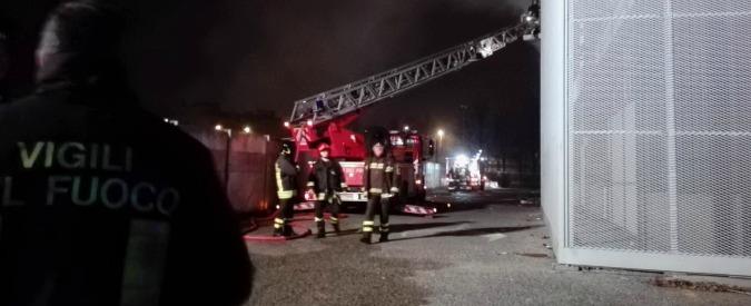 Sesto Fiorentino, incendio nel capannone occupato da migranti: un morto. Protesta a Palazzo Strozzi