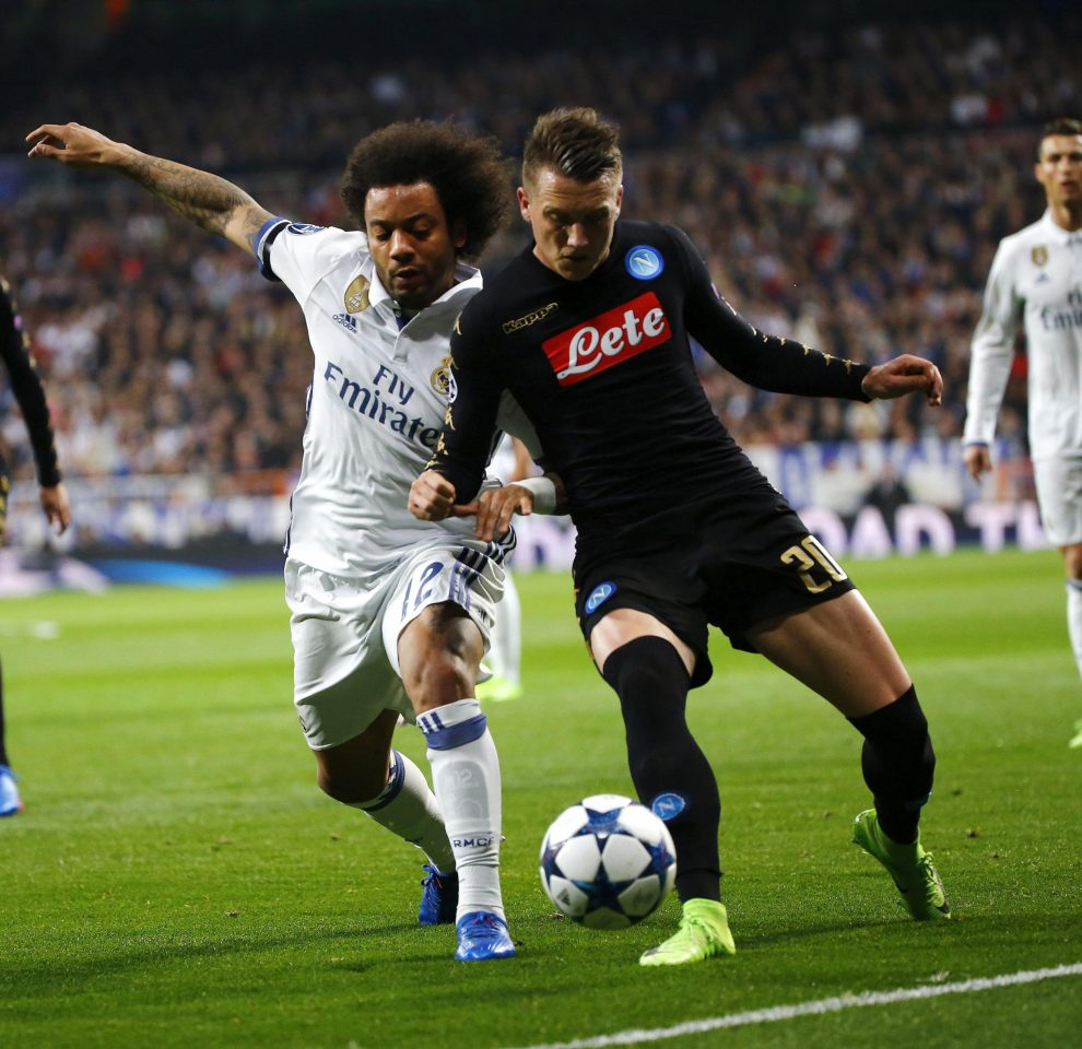 Real Madrid's Brazilian defender Marcelo Vieria (L) vies for the ball with Napoli's Polish midfielder Piotr Zielinski during their UEFA Champions League round of 16 match at Santiago Bernabeu stadium in Madrid, Spain, 15 February 2017. EFE/J.P. Gandul