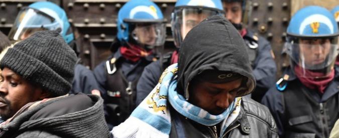 Firenze, l'occupazione di 40 giorni dei 90 somali nel palazzo dei gesuiti e il prete amico di Martini solo a difenderli
