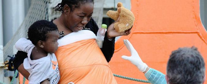 Migranti, a Palermo sbarcate quasi mille persone: tra di loro c'è anche un neonato