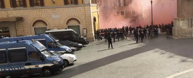 """Protestano i pescatori: bombe carta e petardi a Montecitorio. """"Sanzioni sproporzionate, Martina ci riceva"""""""