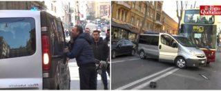 """Sciopero Taxi, a Roma furgone Ncc inseguito dai tassisti va a sbattere contro un bus. Loro arrivano e gridano """"scemo"""""""