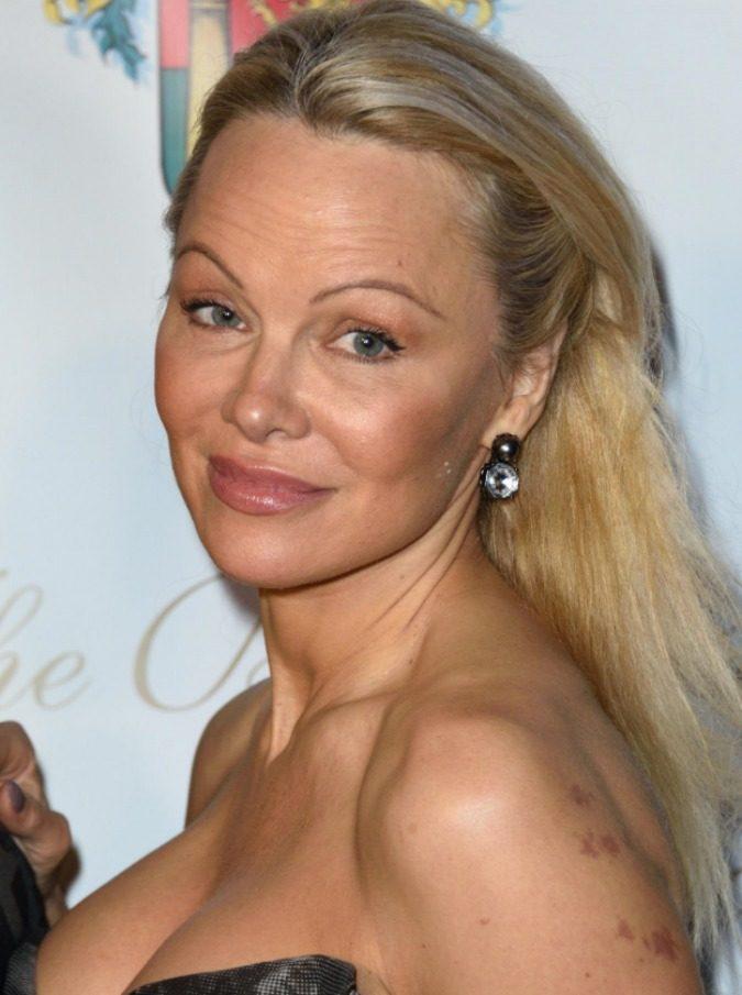 """Pamela Anderson e Julian Assange stanno insieme. """"È un grande uomo"""", e lei gli dedica pure le poesie"""