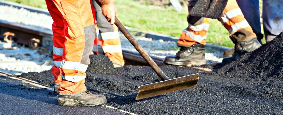 Aumenta il consumo di asfalto. Lo farà anche la manutenzione stradale?