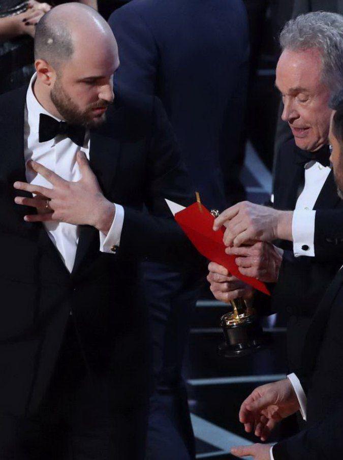 """Oscar 2017, busta con errore per il miglior film. La PwC: """"Ci scusiamo con tutti"""". Aperta un'indagine"""