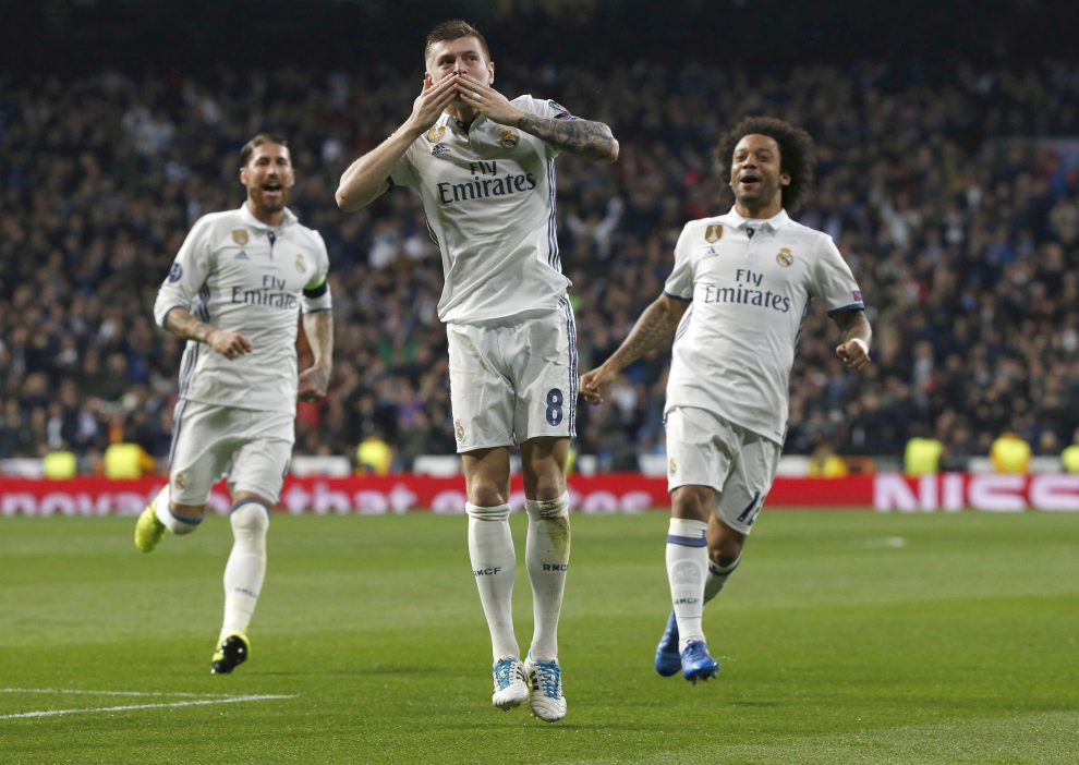 Real Madrid's German midfielder Toni Kroos (C) jubilates a goal, the second against Napoli, during their UEFA Champions League round of 16 first leg match at Santiago Bernabeu stadium in Madrid, Spain, 15 February 2017. EFE/Kiko Huesca