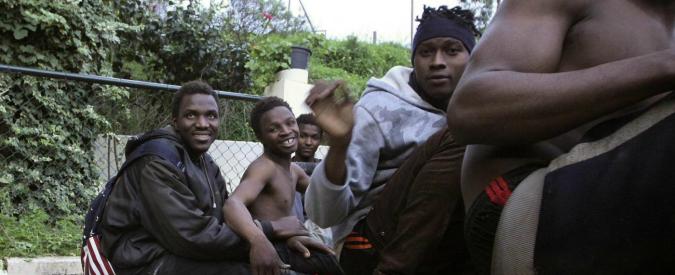 Ceuta, 800 migranti assaltano la barriera e in 500 entrano in territorio europeo