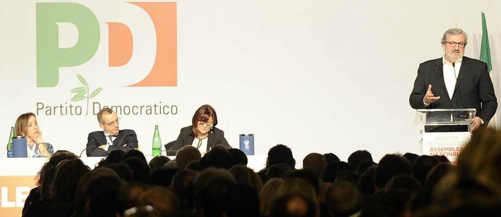 """Scissione Pd, Emiliano: """"Renzi così è soddisfatto. Ma io resto e mi candido"""". Cuperlo: """"Primarie a luglio"""". No dai renziani"""
