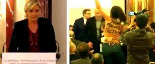 """Francia, l'irruzione (in topless) dell'attivista Femen durante la conferenza della Le Pen: """"Finta femminista"""""""