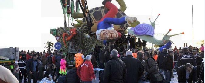 Follonica, crolla parte di un carro di Carnevale che ritraeva Renzi: cinque feriti, uno in codice rosso