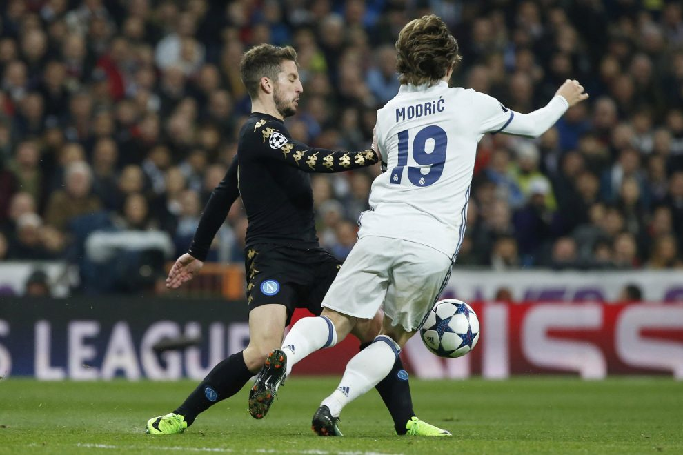 Real Madrid's Croatian midfielder Luka Modric (R) vies for the ball with Napoli's Belgian midfielder Dries Mertens during their UEFA Champions League round of 16 first leg match at Santiago Bernabeu stadium in Madrid, Spain, 15 February 2017. EFE/Kiko Huesca