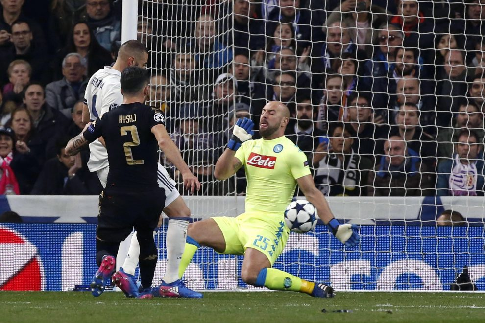 Napoli's Spanish goalkeeper Pepe Reina (R) stops a ball from Real Madrid's French striker Karim Benzema during their UEFA Champions League round of 16 first leg match at Santiago Bernabeu stadium in Madrid, Spain, 15 February 2017. EFE/Kiko Huesca