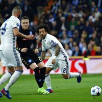 Napoli's Polish midfielder Zielinski (C) vies for the ball with Real Madrid's Benzema (L) and Marcelo (R) during their UEFA Champions League round of 16 first leg match at Santiago Bernabeu stadium in Madrid, Spain, 15 February 2017. EFE/J.P. Gandul