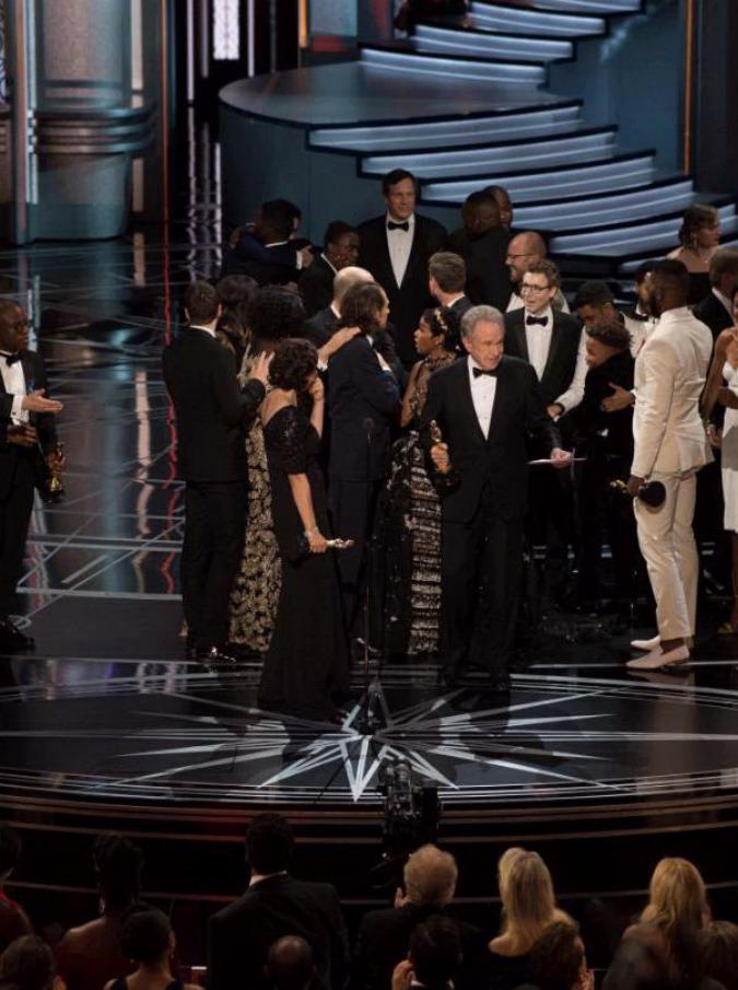 Oscar 2017, i vincitori – miglior film è Moonlight. Errore nella busta e sul palco sale il cast di La La Land