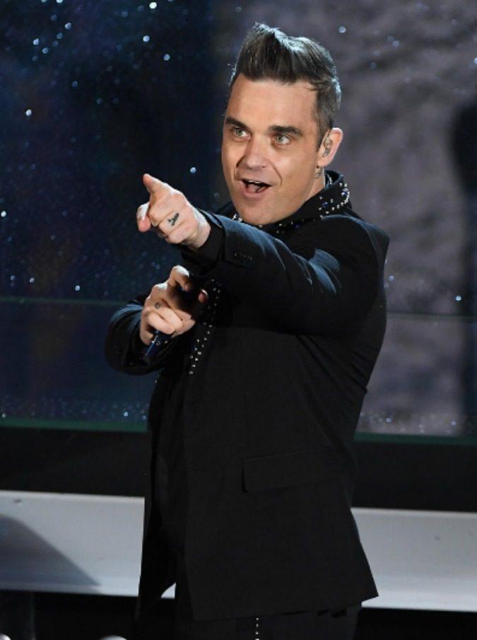 """Robbie Williams fa uno """"scherzo"""" al vicino di casa Jimmy Page: Deep Purple, Black Sabbath e Pink Floyd a tutto volume"""