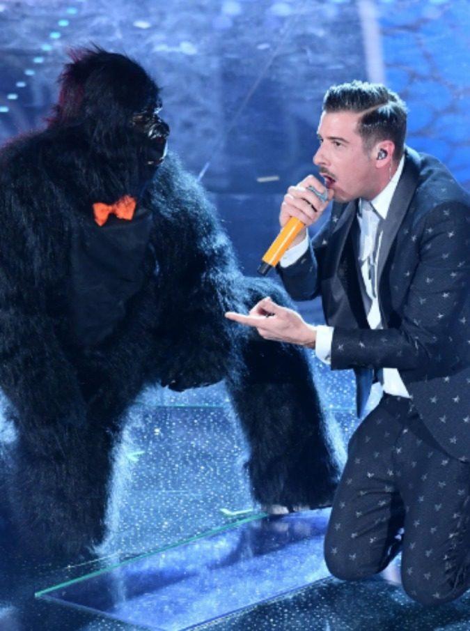 Sanremo 2017, chi è lo scimmione che balla accanto a Gabbani?