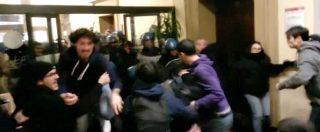Bologna, scontri e cariche all'interno dell'Università. Video: la polizia irrompe nella biblioteca in via Zamboni