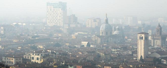 In Edicola sul Fatto Quotidiano del 19 ottobre: Le città chiudono per smog, l'Ue salva i loro avvelenatori