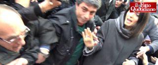 """Roma, proteste contro i giornalisti alla manifestazione pro-Raggi: """"Buffoni bugiardoni, andatevene"""""""
