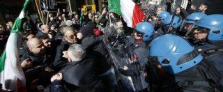 Tassisti, 6° giorno di proteste: bombe carta a Montecitorio, scontri davanti alla sede Pd. 4 fermati, 2 sono di Forza Nuova