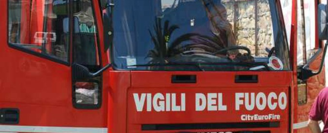 Catania, incendio in un palazzo: vigili portano in salvo i residenti