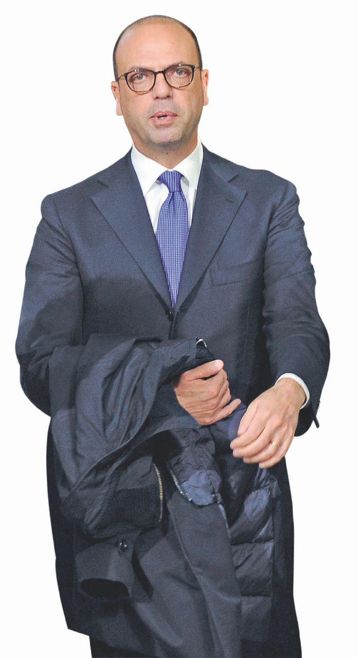 In Edicola sul Fatto Quotidiano del 10 febbraio: La legge che favorisce Alfano jr. pagato da Poste per non far nulla