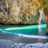 Viaggio nella sezione 'Mare d'Italia' tra spiagge incantevoli e qualche episodio che fa arrabbiare