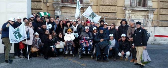 """Disabili in piazza a Roma contro il taglio al Fondo non autosufficienza: """"Il governo non lasci soli i più deboli"""""""