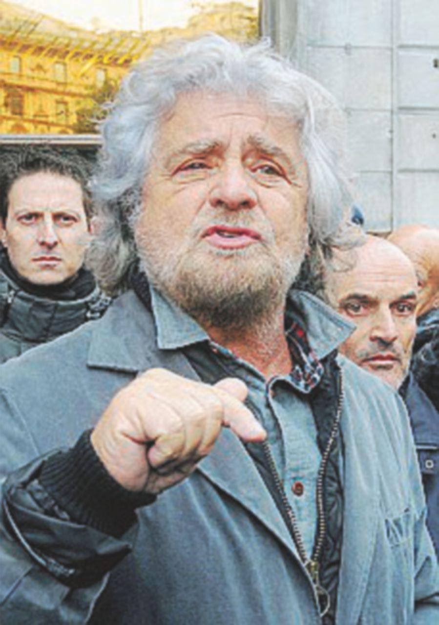 """Grillo contro Renzi: """"Menomato morale"""". E lui: """"Sciacallo"""""""