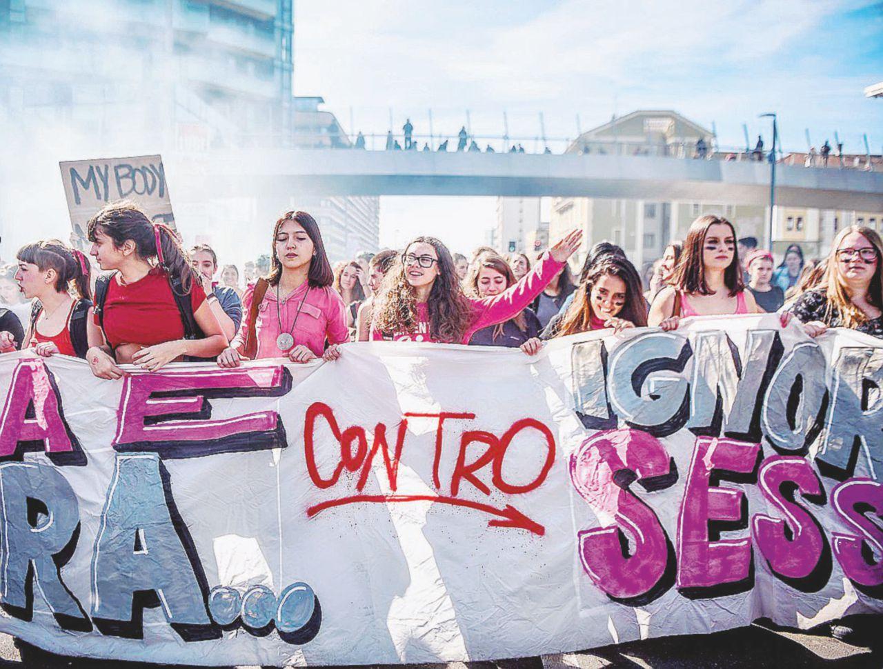 8 marzo, il mondo delle donne: cortei, slogan (e qualche disagio)