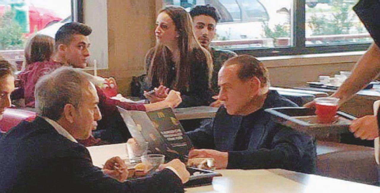 B. fa il salutista al McDonald's: ordina una spremuta