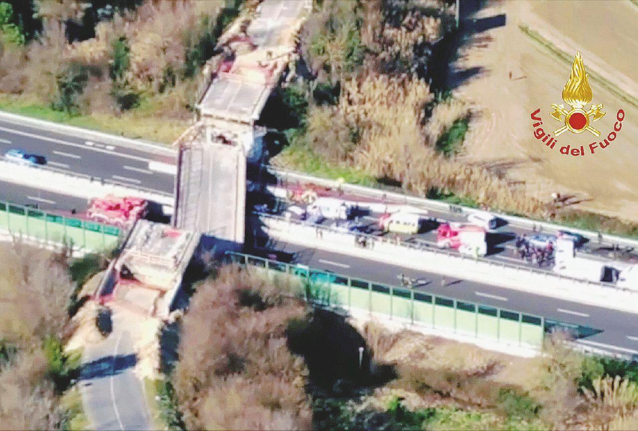 """Lavori, il ponte crolla: 2 morti. """"L'autostrada andava chiusa"""""""