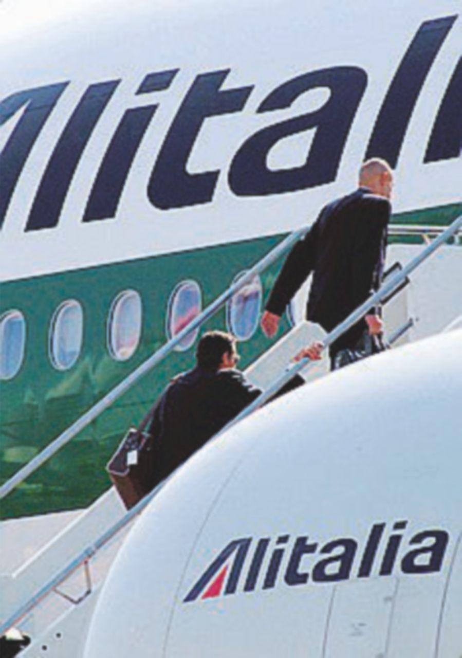 Alitalia, il cda dice sì al piano: esuberi e sforbiciate ai costi