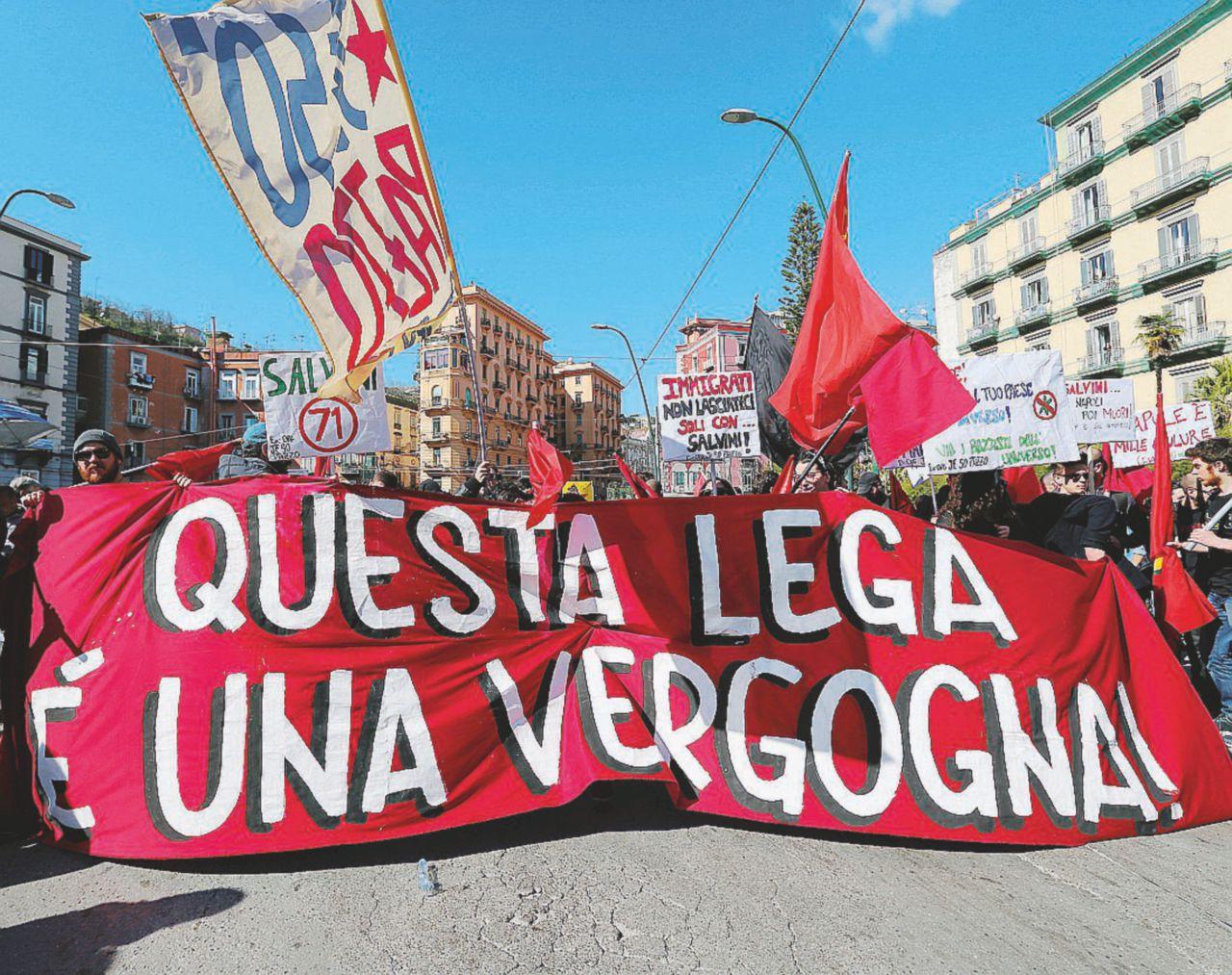 """Tanti """"mai con Salvini"""", poi i soliti black bloc"""