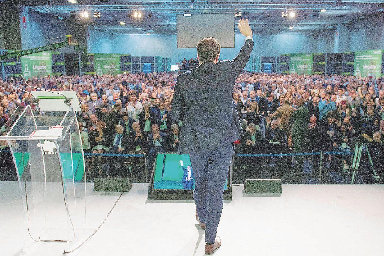 Alla festa di Renzi tutti in fila a omaggiare l'indagato Lotti