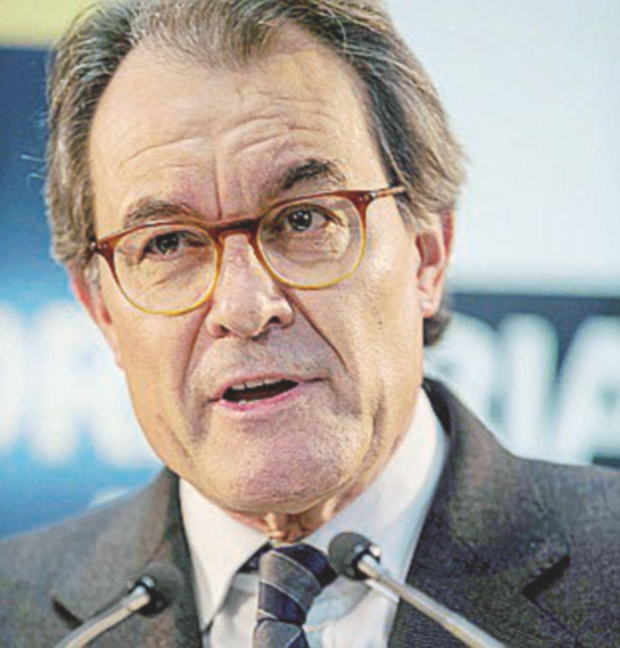 Due anni di condanna politica a Mas leader del referendum catalano