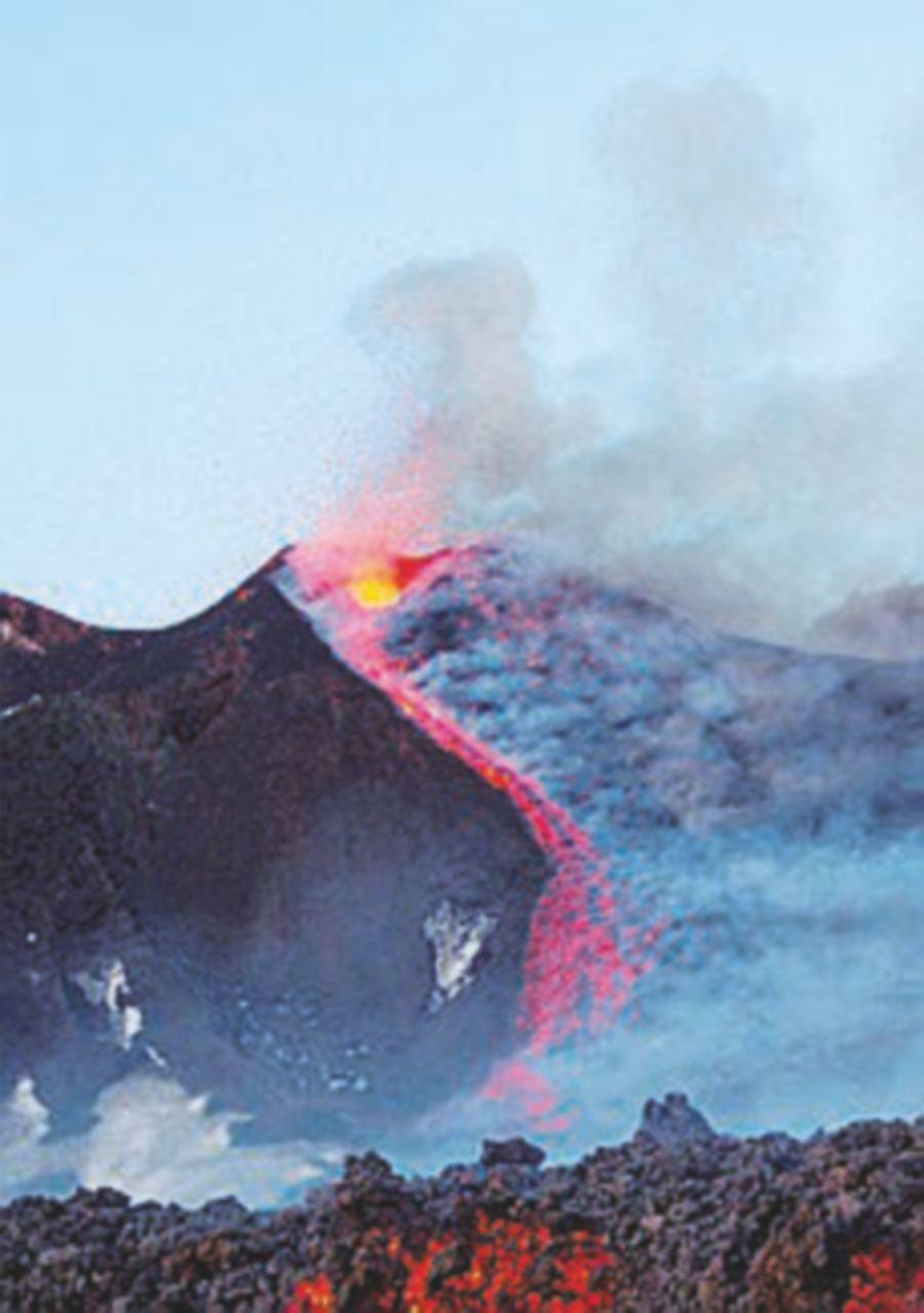 Etna, forte eruzione a 2.700 metri: dieci feriti non gravi