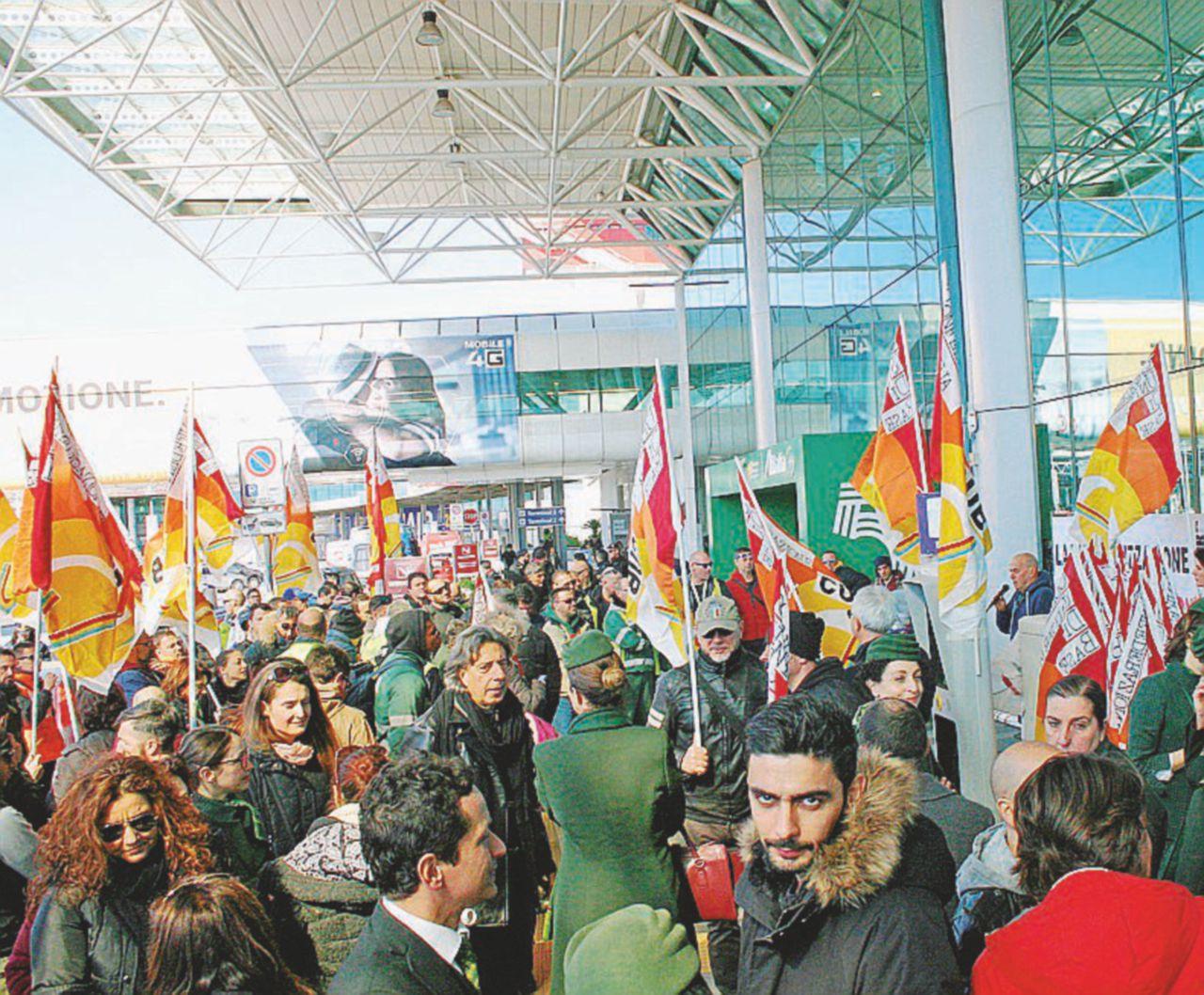 """Sindacati contro il """"non-piano Alitalia"""": oltre 2.400 esuberi. Ed è subito sciopero"""