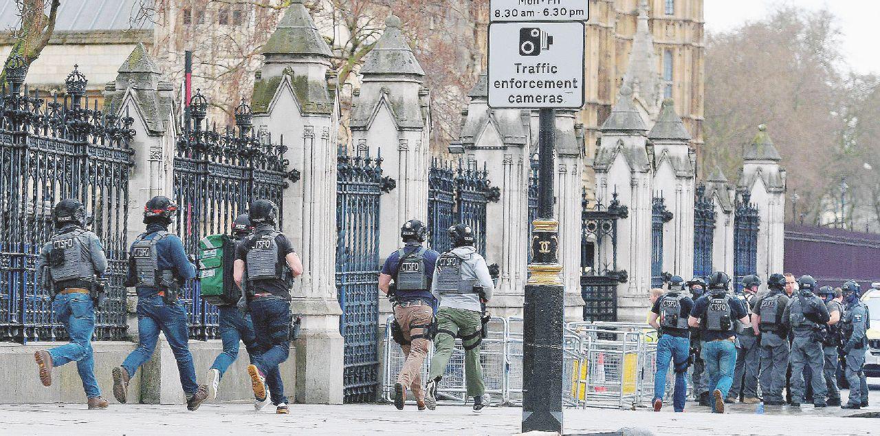 Il kamikaze rudimentale terrorizza Westminster