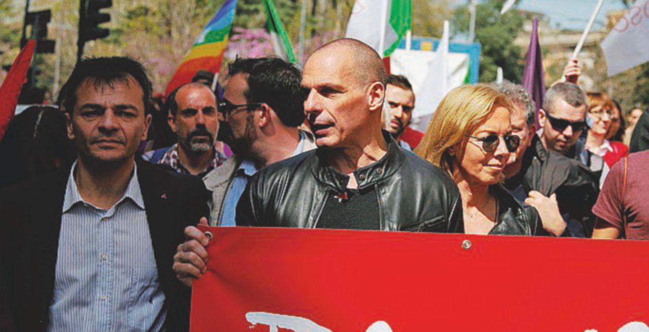 """Varoufakis procede vicino alle bandiere del """"rivale"""" Tsipras"""