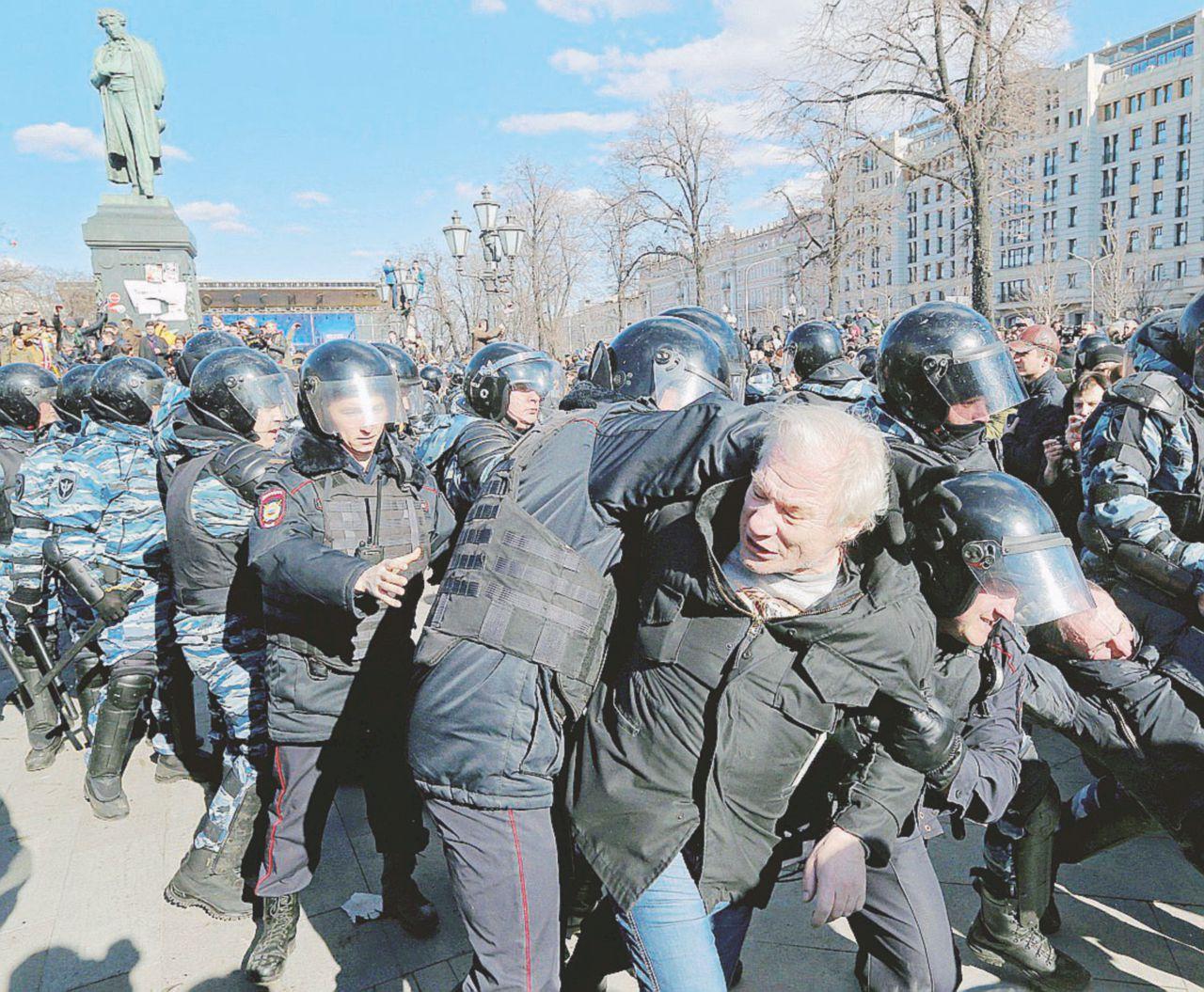 Navalny condannato. Cartellino giallo di Usa e Ue
