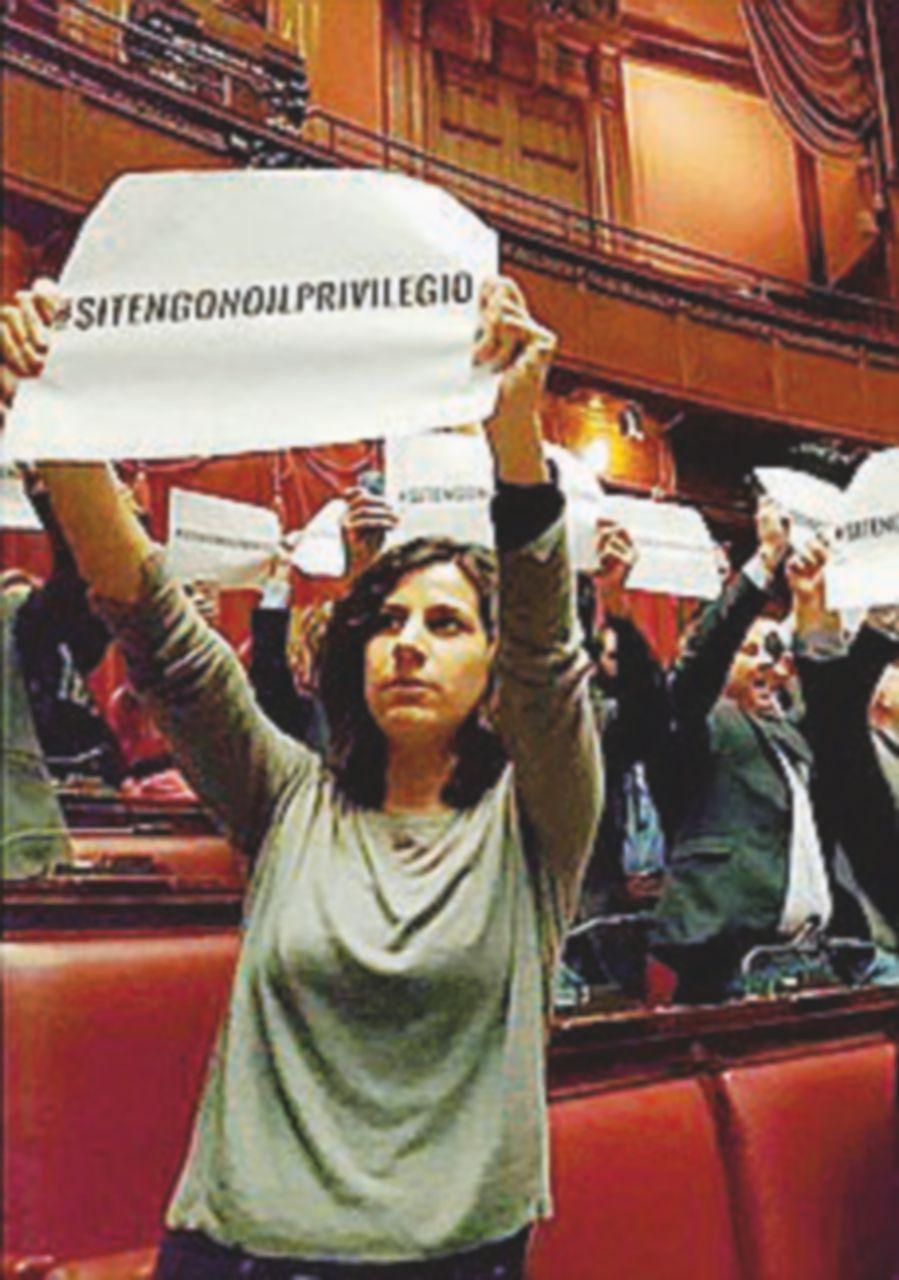 Cartelli e irruzione alla Camera, sospesi 42 deputati del M5S