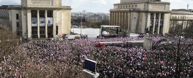 """Elezioni Francia, Fillon tenta il tutto per tutto e raduna i suoi al Trocadero: """"Fino in fondo"""". Polemica sulle presenze"""