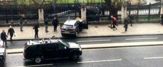 """Attentato Londra, suv su folla davanti al Parlamento. """"Ucciso assalitore armato di coltello"""". Polizia: """"Terrorismo. 4 morti"""" – FOTO E VIDEO"""