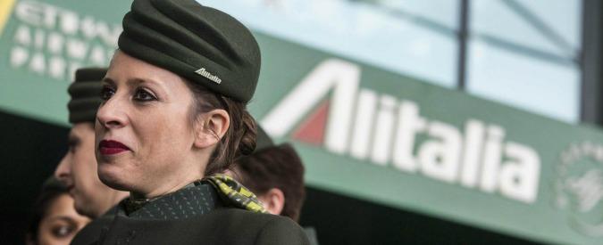 """Alitalia, le istruzioni alle hostess: """"No alla camicia stretta sul petto e biancheria intima solo bianca o in colori neutri"""""""