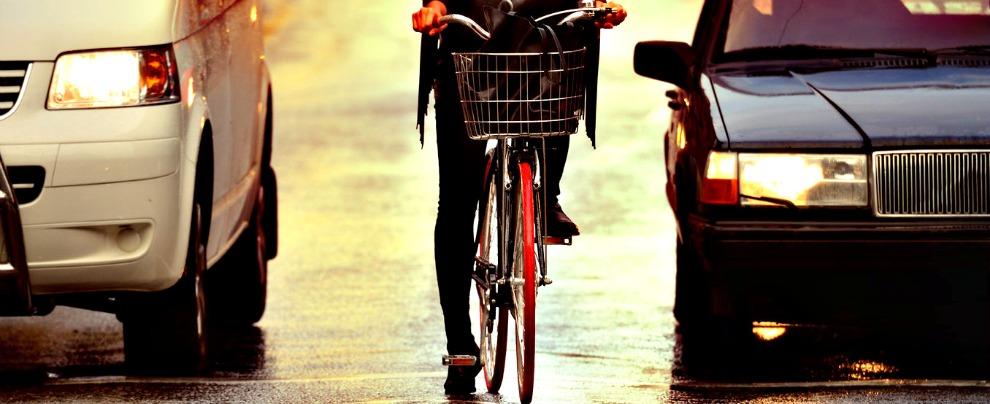 Multe, sorpassare un ciclista a meno di un metro e mezzo costerà fino a 651 euro